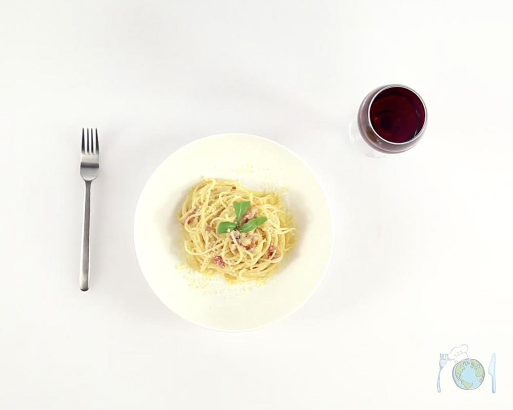 Спагетти карбонара с красным луком
