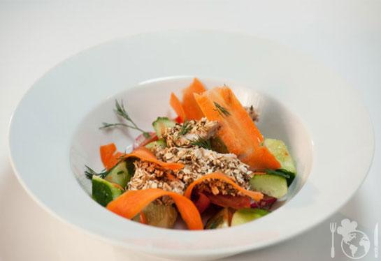 Куриная грудка в панировке с овощным салатом