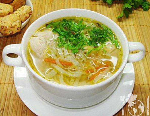 Куриный суп с  домашней лапшой.