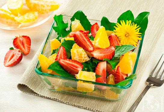 Полунично-апельсиновий салат з кульбабами