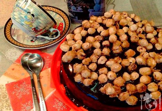 Шоколадный торт с орехами в карамели