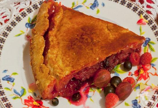 Летний пирог с абрикосами и ягодным ассорти
