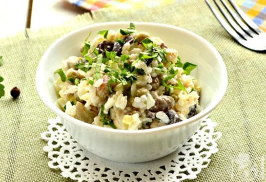 Грибной салат с курицей и рисом