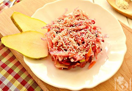 Капустный салат с грушей и кунжутом