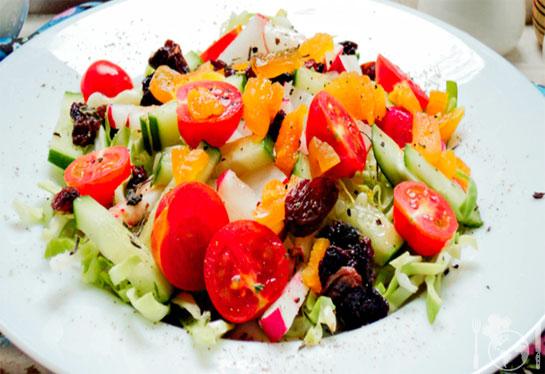 Салат с молодой капустой, овощами и сухофруктами