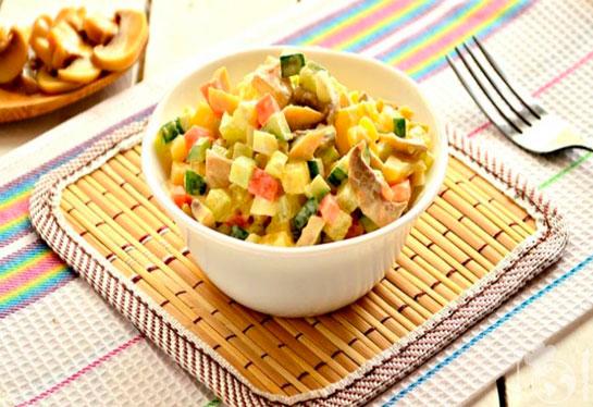 Салат с маринованными шампиньонами и свежими огурцами